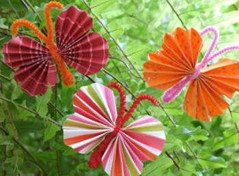 Бабочка из бумаги на стене