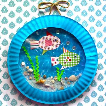 Разукрасив тарелку и сделав плавники из кусочков, можно изготовить тропических рыбок.  Одноразовую посуду можно после...