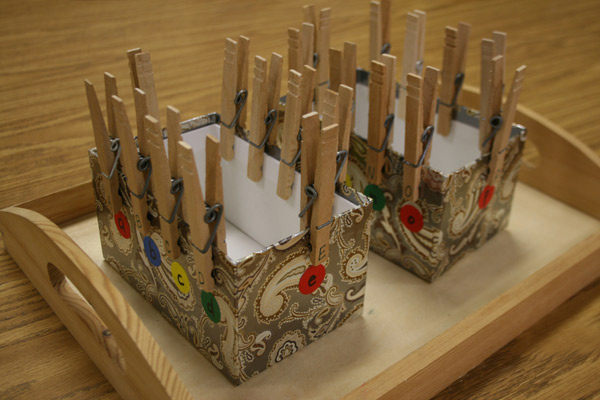 Для этих целей подойдет коробка из-под обуви или подарочная упаковка.  Чтобы сделать...  7. Коробочка с прищепками.