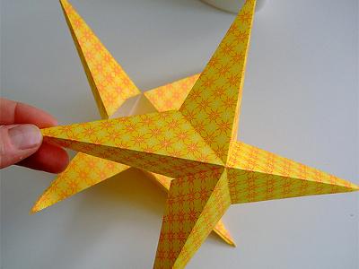 Проста у виготовленні різдвяна зірка з паперу.